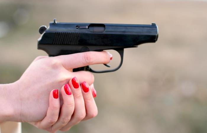Projeto autoriza porte de arma por mulher sob medida protetiva